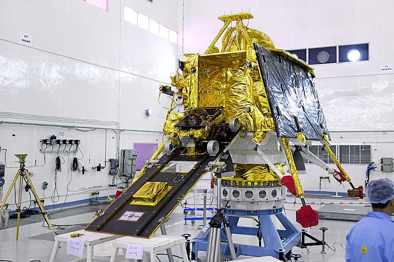 800px-GSLV_Mk_III_M1,_Chandrayaan-2_-_Pragyan_rover_mounted_on_the_ramp_of_Vikram_lander